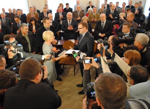 Dwa lata minęły. Radosław Witkowski odbiera dokument poświadczający wygraną w wyborach prezydenckich