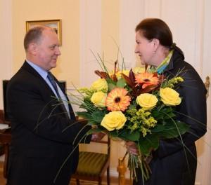 Halina Stachura - Olejniczak, dyrektor generalny powitała nowego wojewodę w urzędzie.