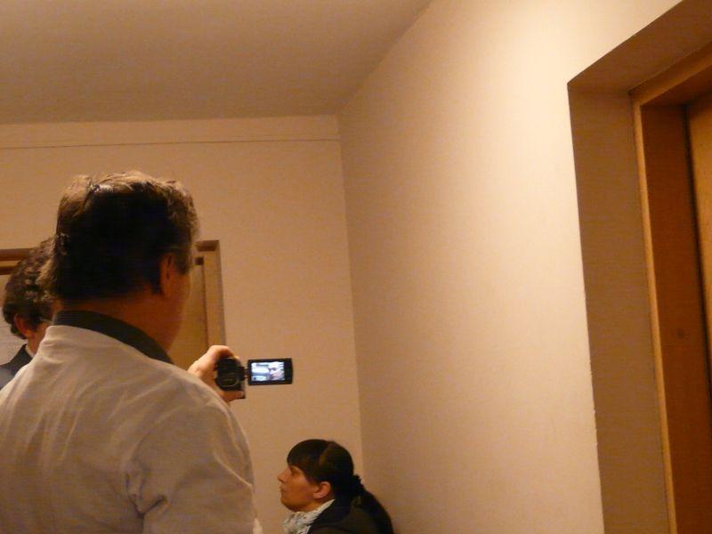 Przedstawiciele stowarzyszenia Dzielny Tata filmowali i komentowali to, co dzieje się na korytarzu sądowym