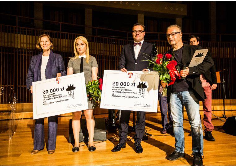 Laureaci - Weronika Murek i Maciej Hen z Ritą Gombrowicz i prezydentem Witkowskim
