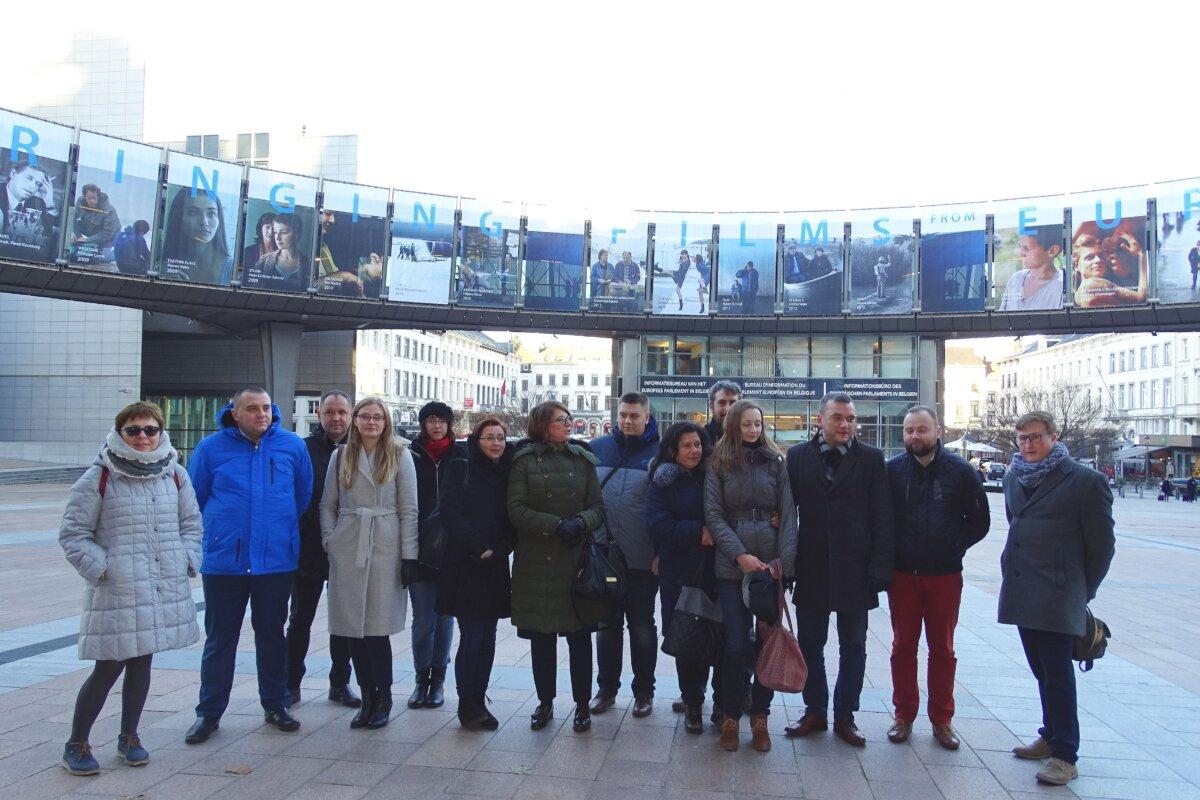 Dziennikarska ekipa z Mazowsza z posłanką Julią Piterą przed PE
