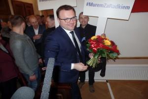Prezydent z mandatem i kwiatami