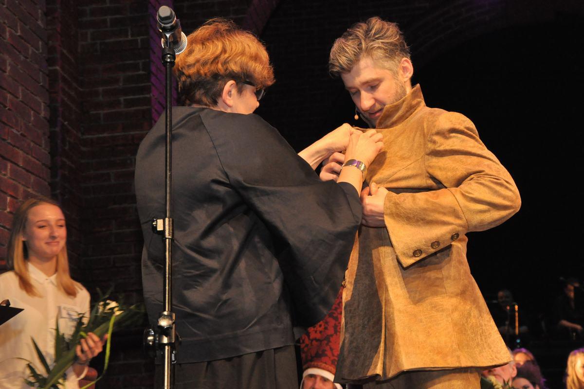 Łukasz Mazurek wciela się w spektaklu w Don Kichota