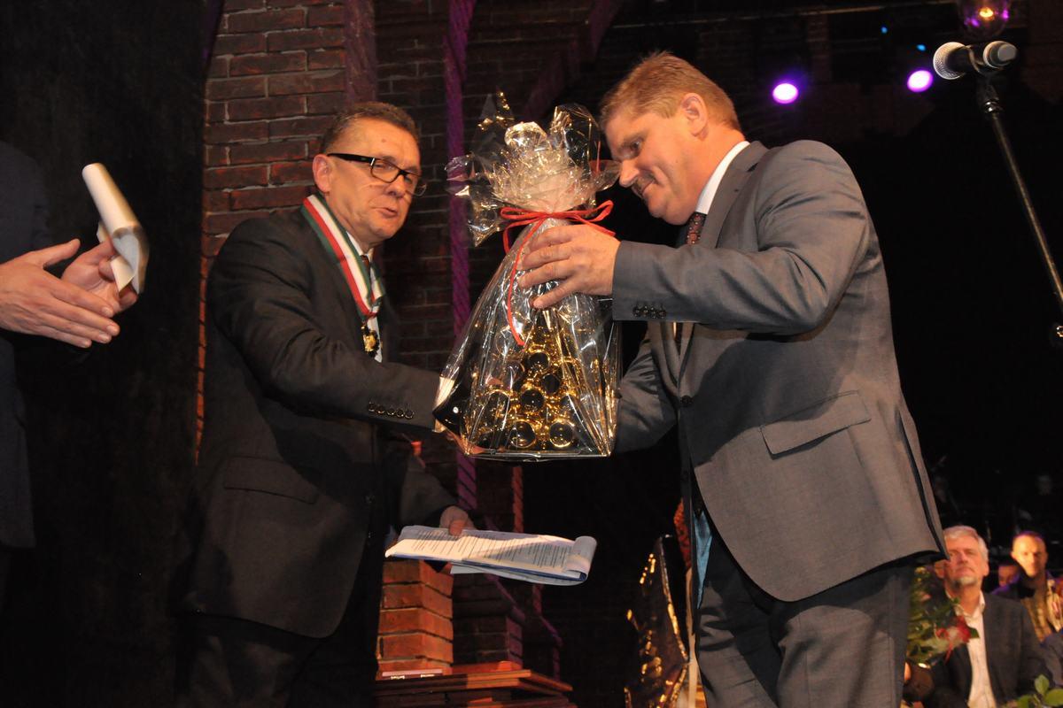 Poseł Leszek Ruszczyk podarował dyrektorowi Rybce złotą rybkę