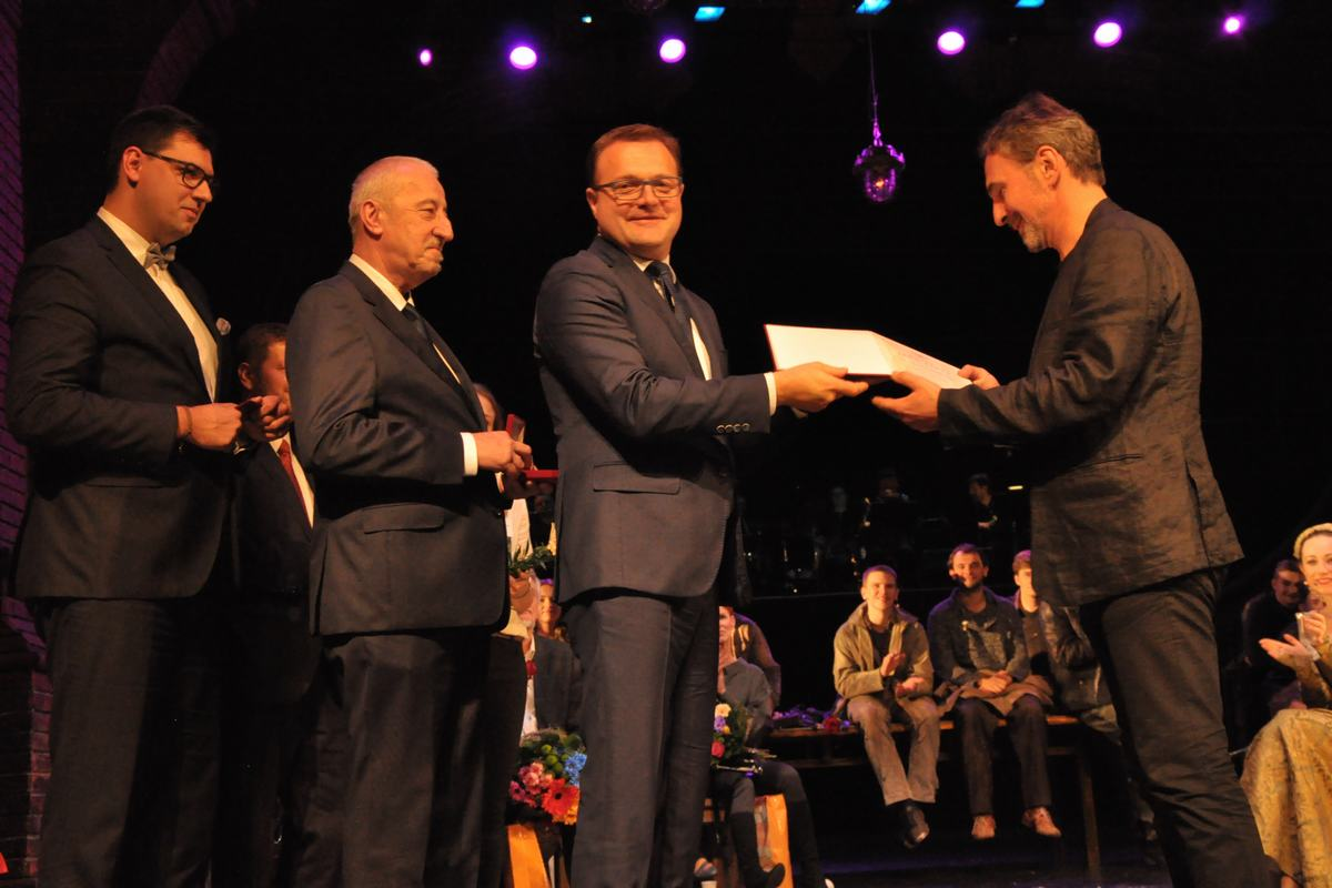 Jarosław Rabenda grał w 98 premierach