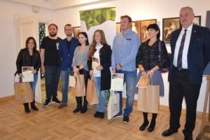 Laureaci konkursu z prof. Markowskim (pierwszy z prawej). Fot. MBP Radom