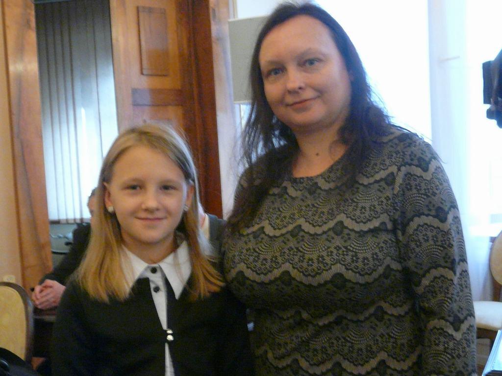 Zuzia Wydra (tu z mamą) kupi saksofon
