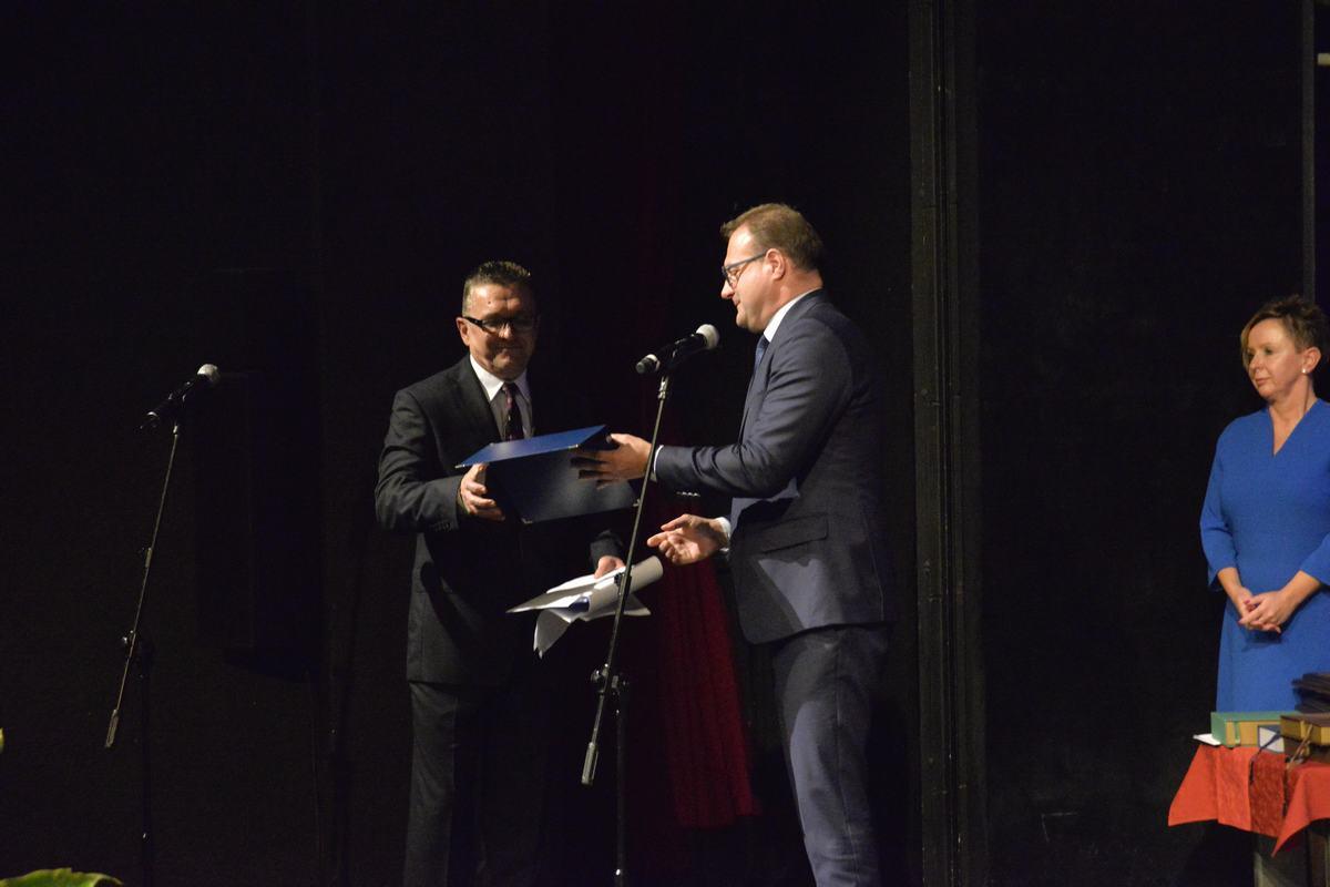 Dyrektor Rybka odbiera grawer i gratulacje od prezydenta Witkowskiego
