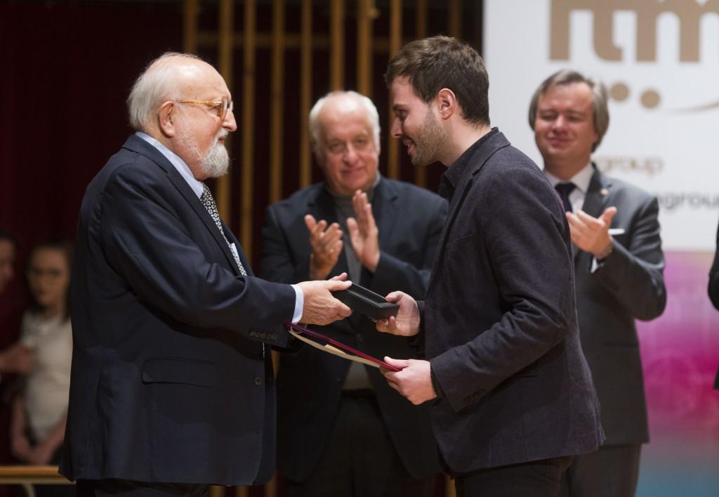 Laureatowi gratuluje Krzysztof Penderecki