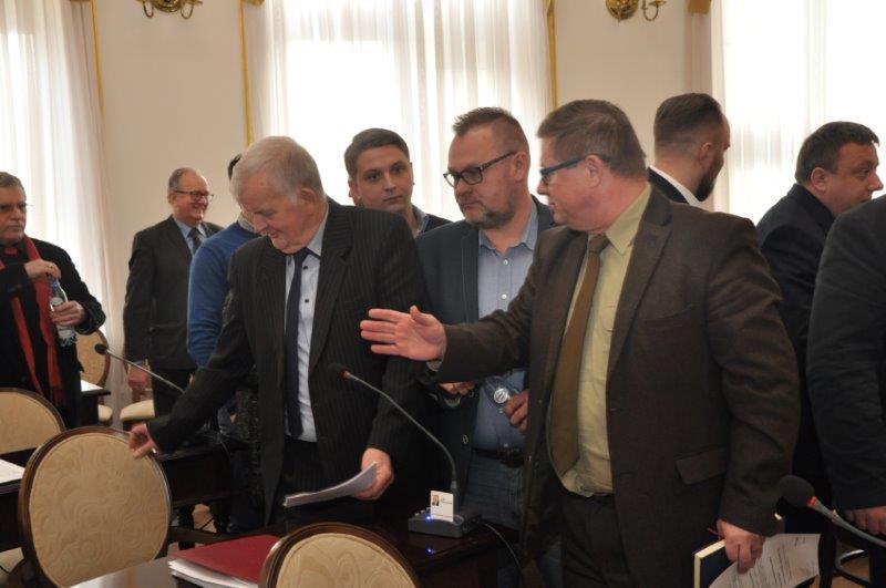 Radni dwukrotnie nie przyjęli budżetu. Na pierwszym planie: Marek Szary i Jan Pszczoła