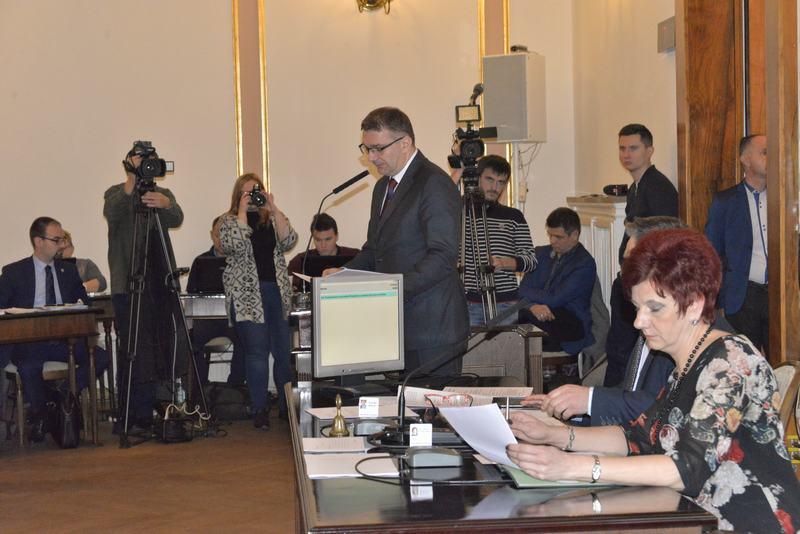 Sesja budżetowa. Na mównicy skarbnik miasta Sławomir Szlachetka