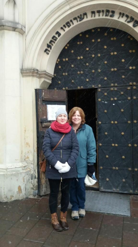 Aleksandra Czarnik (po lewej) i Nancy Geise przed synagogą na krakowskim Kazimierzu