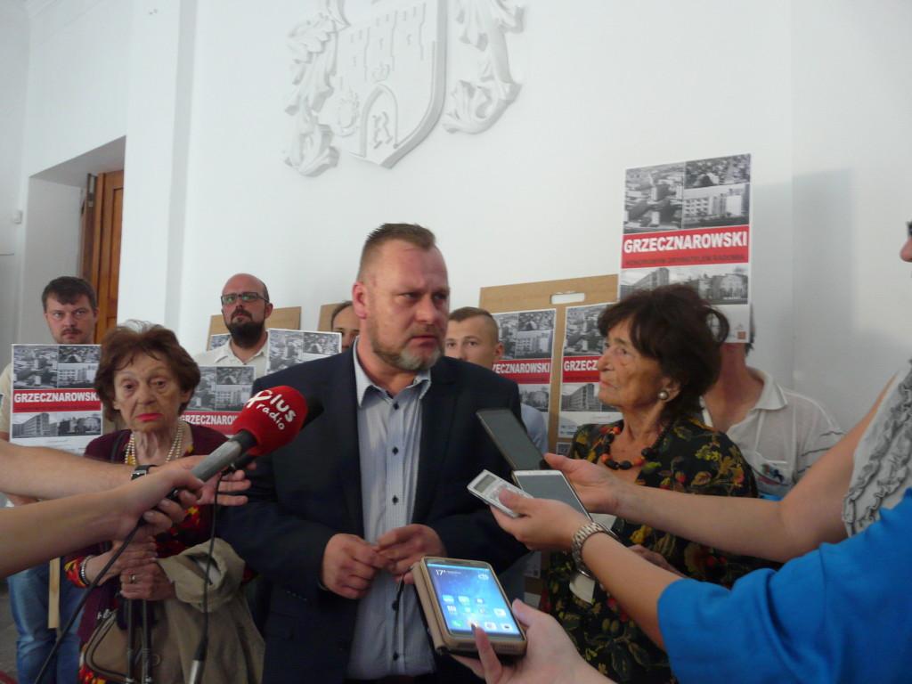 Córki byłego prezydenta Radomia były już obecne na jednej z sesji rady (tu z Marcinem Dąbrowskim)