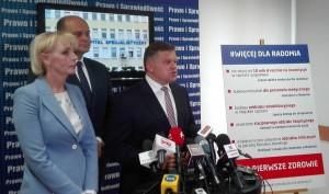 Wojciechowi Skurkiewiczowi podczas konferencji towarzyszyli posłowie: Anna Kwiecień i Andrzej Kosztowniak