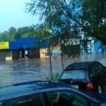 Struga w okolicach targu spłynęła rzeką