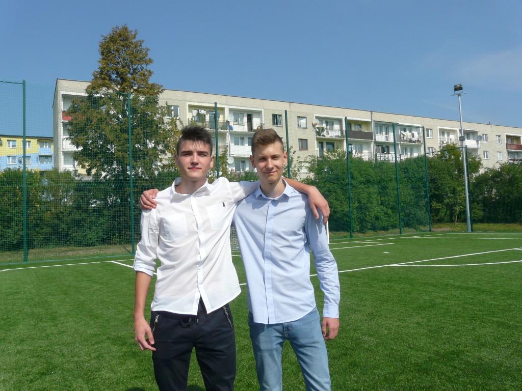 Mateusz i Krzysiek bardzo zadowoleni z nowego boiska