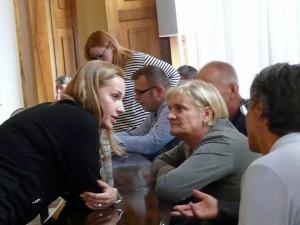 Radna Pastuszka-Chrobotowicz w rozmowie z mieszkańcami Oboziska