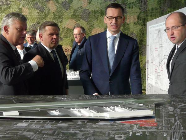 Premier ogląda makietę przyszłego portu