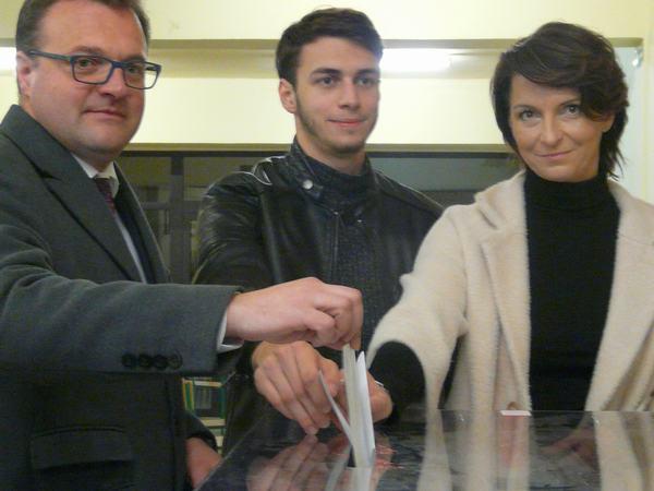 Radosław Witkowski z zona i synem wrzucali karty do głosowania jednocześnie