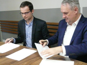 Umowę użyczenia podpisali dyrektor Lis i prezes Janduła