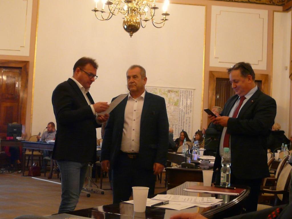 Prezydent nie przekonał szefa klubu radnych PiS (Dariusz Wójcik pierwszy z prawej)