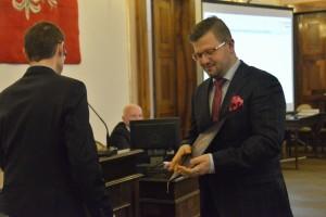 Jerzy Zawodnik zlozył mandat radnego (tu odbiera zaświadczenie o wyborze na radnego)