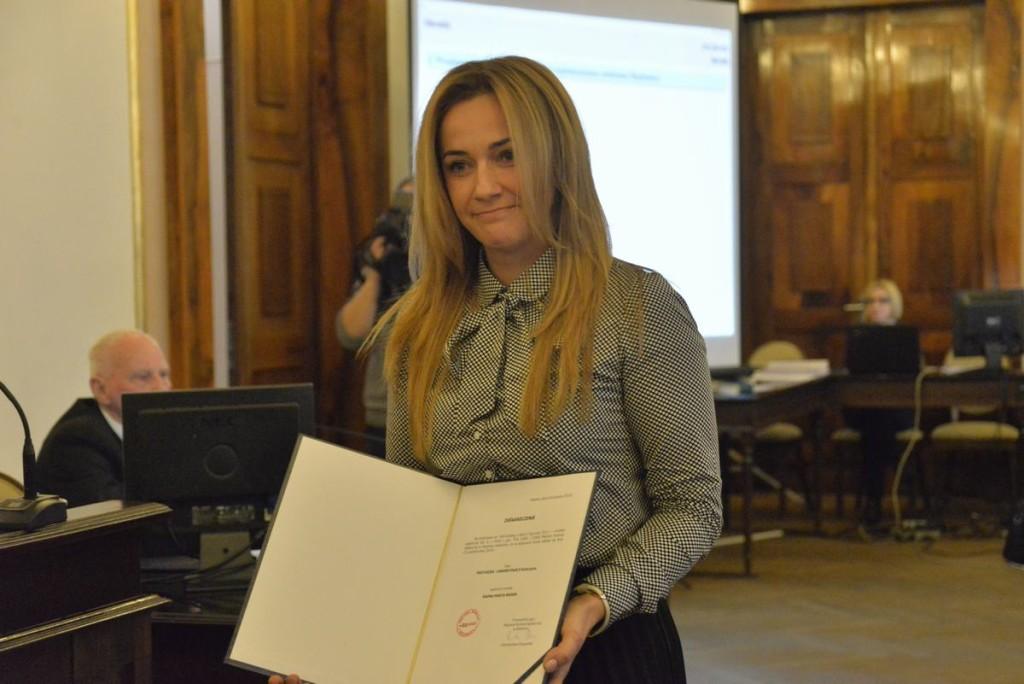 Pastuszka-Chrobotowicz odbiera akt powołania w skład rady miejskiej (19 listopada 2018 r.)