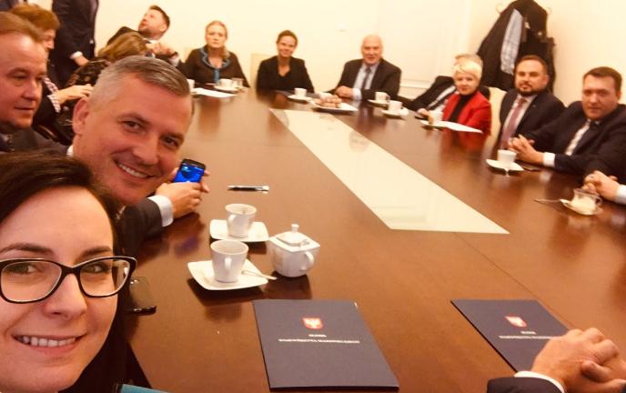 Posiedzenie klubu Koalicji Obywatelskije, drugi z lewej Rafał Rajkowski, dotychczasowy członek zarządu Mazowsza (Fot. Twitter/Gasiuk-Pihowicz)