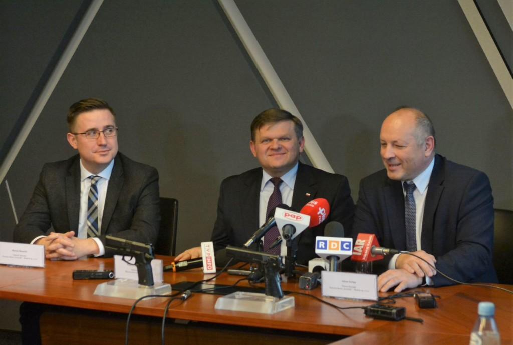 Nową broń zaprezentowali prezesi Fabryki i wiceminister Skurkiewicz