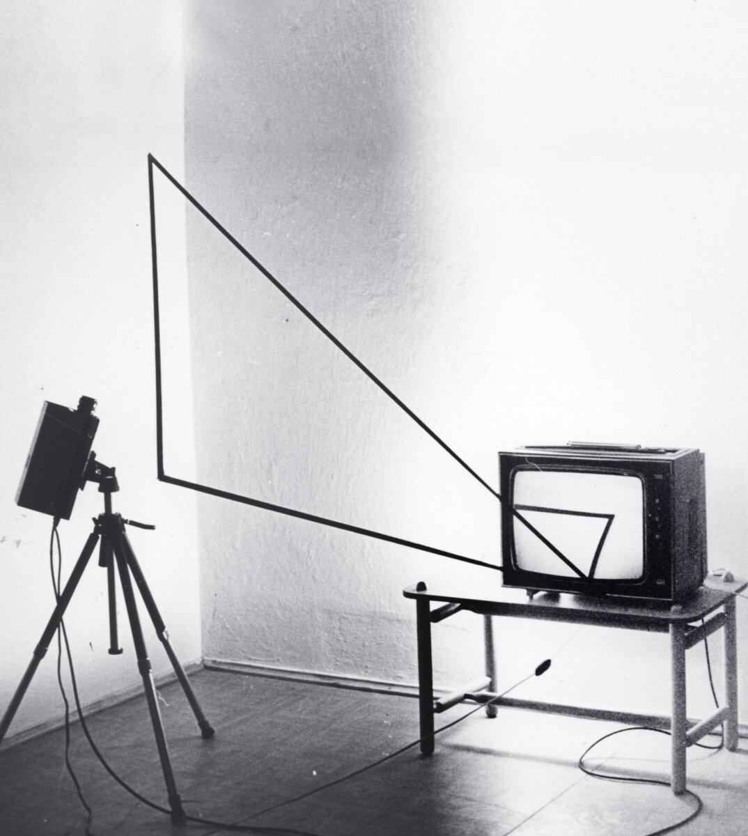 Andrzej Paruzel, Trójkąt, 1977, video-fotografia, 18 x 22 cm, odbitka żelatynowo-srebrowa, vintage,  sygnowana, edycja 810