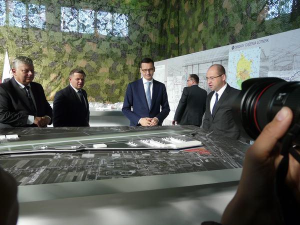 Politycy PiS z premierem Morawieckim nad makietą lotniska w Radomiu