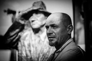 """Andrzej Brzegowy """"Przybysz L. K."""", rzeźba w drewnie"""
