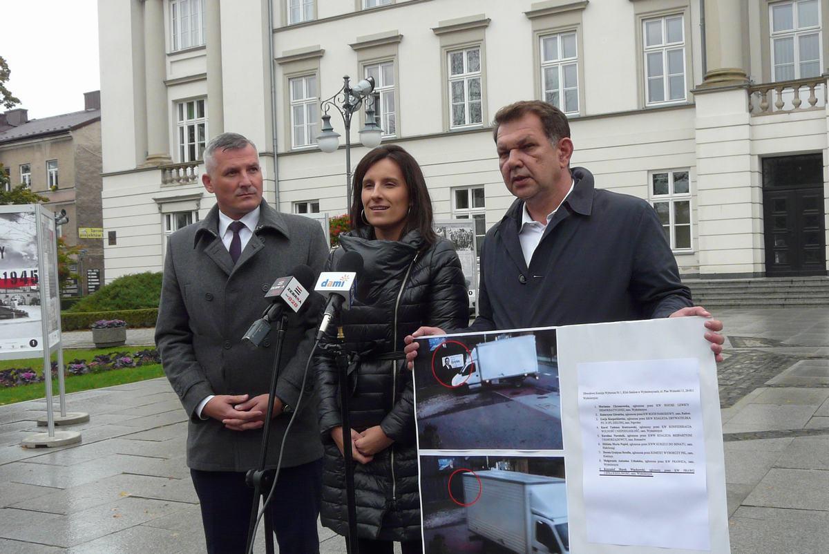 Andrzej Oziębło (z prawej) pokazał zdjęcia, jak niszczony był jego plakat