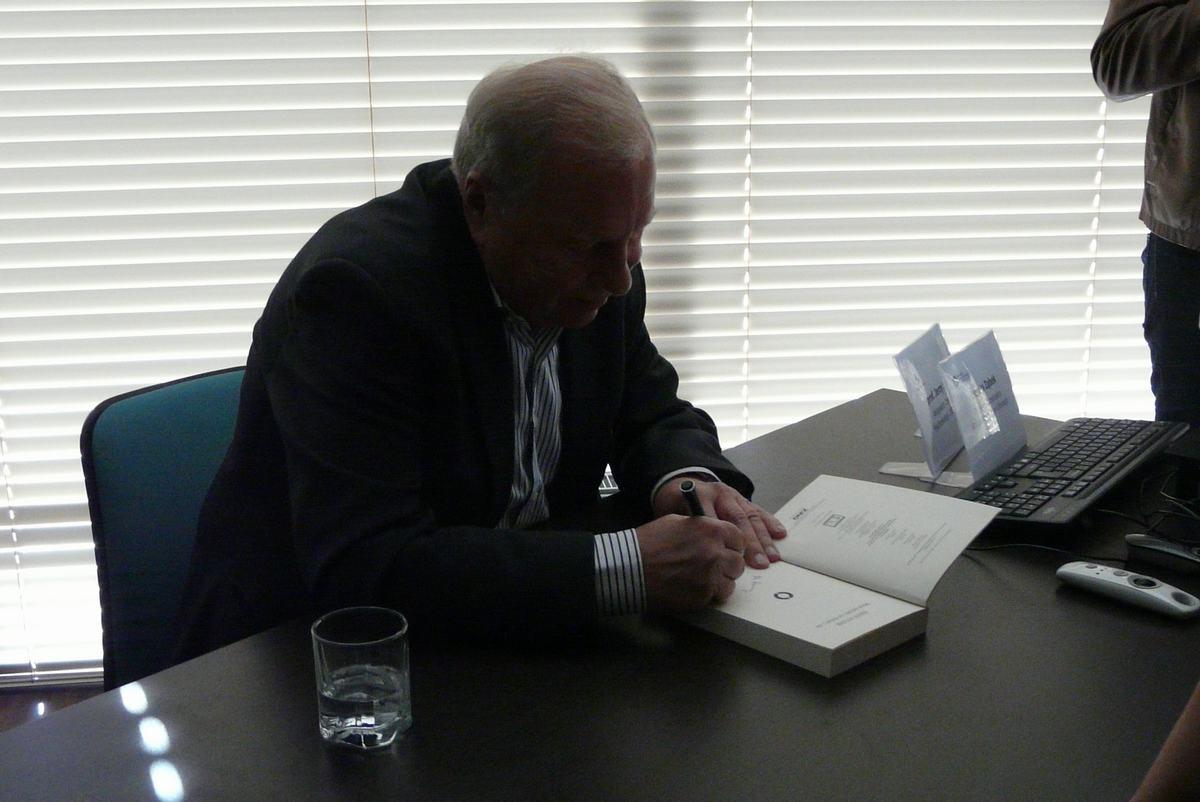 Jerzy Stuhr podpisywał swoja książkę
