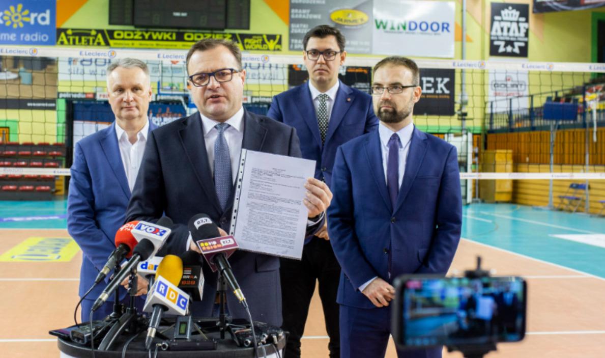 Prezydent pokazał dziennikarzom umowę