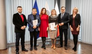 Przedstawiciele organizacji pozarządowych podpisali dzisiaj umowy z miastem (fot. Łukasz Wójcik/UM Radom)