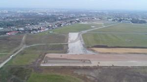 Perzedłużanie apsa startowego na lotnisku (fot. PPL, zdjęcie z drona)