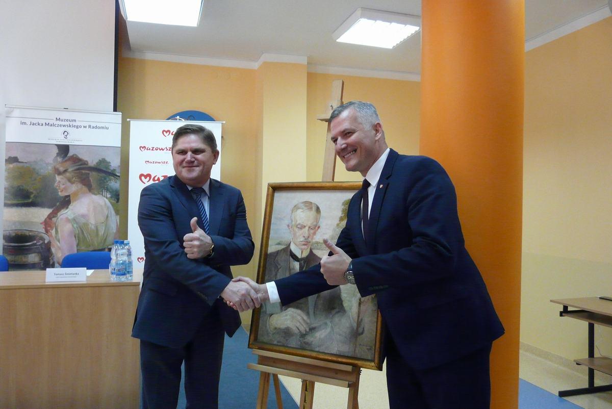 Obraz przekzaał dyrektorowi Ruszczykowi wicemarszałek Rafał Rajkowski