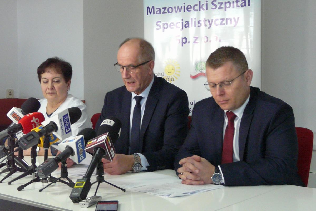 Łukasz Skrzeczyński (pierwszy z prawej) na konferencji prasowej w szpitalu 10 marca br.