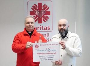Księża: Robert Kowalski (z lewej) i Damian Drabikowski z Caritas dziękują za wsparcie zbiórki. Fot. Elżbieta Cieślak/Facebook