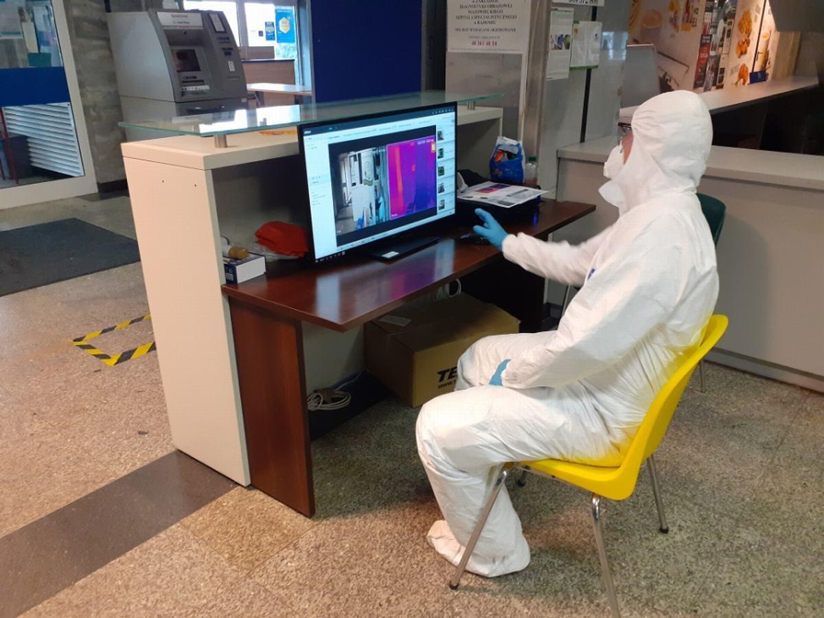 Urządzenie do bezdotykowego mierzenia temperatury zainstalowano przy wejściu do szpitala