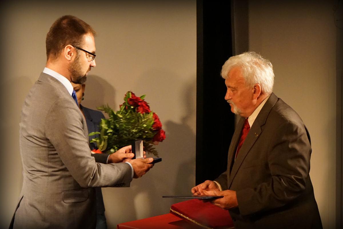 Medal wręczył wiceprezydent Mateusz Tyczyński