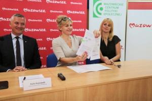 Umowę na dofinansowanie podpisali wicemarszałek Rafał Rajkowski i prezes stowarzyszenia Monika Dudek